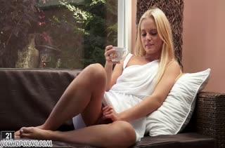 Красивая блонди играется в писе и к ней присоединяется друг