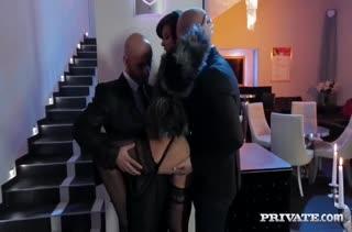 Выпившая Anna Polina далась на групповое порно мужикам