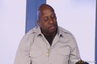 Фигуристую Alexis Fawx черный мужик трахает на столе