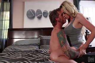 Порно Stormy Daniels с крепким и прытким чуваком на кровати