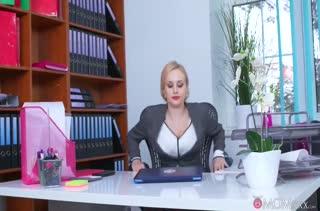 Студент прет сочную училку прямо в кабинете