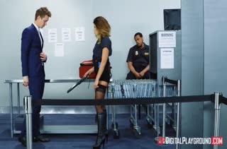 Adriana Chechik в роли полицейской прется с задержанным