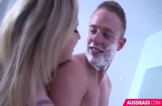 Блонди раздвигает ноги и стонет от красивого секса