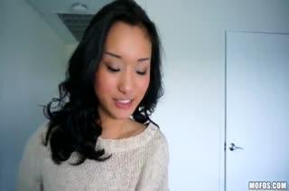 Alina Li извивается от члена перед камерой