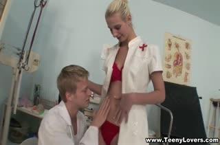 Белокурая медсестричка кувыркается в доктором в палате