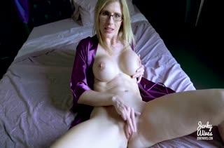 Беловолосая нимфетка снимает с мужем домашнее порно