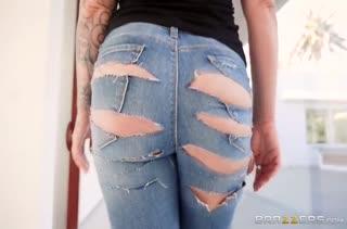 Зрелая сучка в секс наряде скачет на пенисе