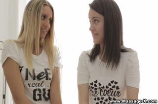 Молодые девушки возбуждают паренька и занимаются с ним сексом