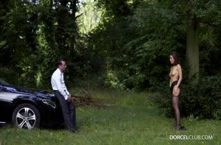 Lana Rhoades в секс наряде  ублажает мужа на природе