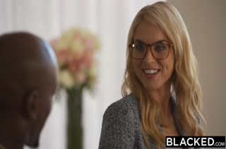 Красивая белая девушка радостно трахается с черным