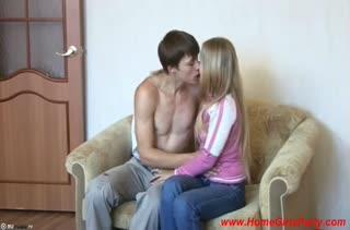 Поц быстро развел молодую подругу на порно