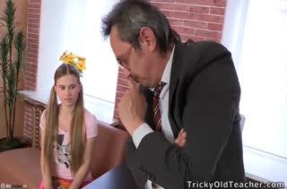 Директор отчитал студентку и потом отодрал ее в кабинете