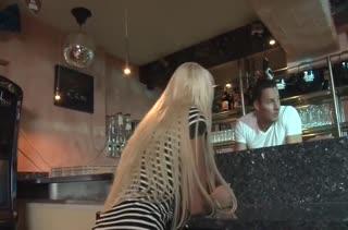 Пьяную Julie Hunter крепыш хорошенько отымел в баре