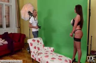 Emma Butt совратила фотографа большими дойками