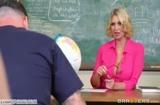 Училка поймала хитрого студента и заставила трахнуть ее